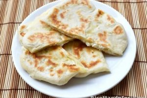 Cheese naan o pane indiano al formaggio